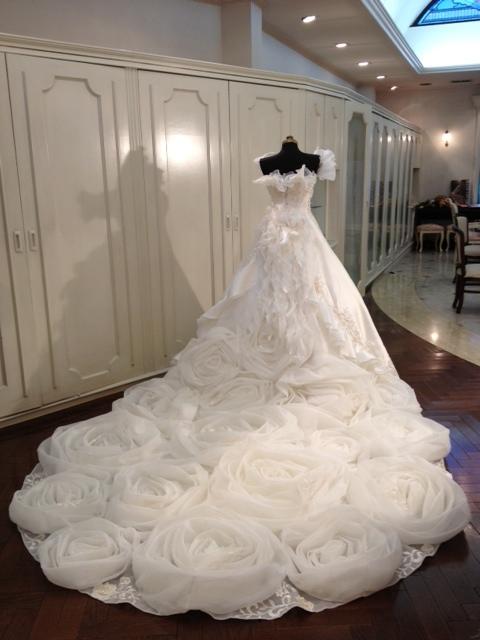 3a986d83ec88e エレガントなアメリカンスリーブもオススメ!! このドレスはさらにバックスタイルのバラモチーフ ...
