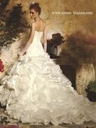 個性的なフィトアンドフレアのシルエット ウェディングドレス  fit and flare