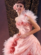 カラードレス 小顔に見せるピンクのドレス