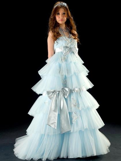 カラードレス エンパイアライン 淡いブルーのナチュラルなティアードドレス