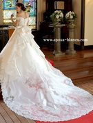 王道ウェディングドレス チャペル挙式での花嫁の後姿は注目の的