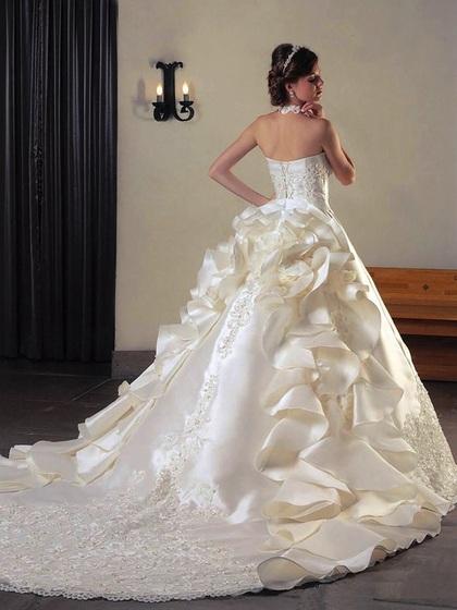 ウェディングドレス ボリュームのある後姿が印象に残るドレス
