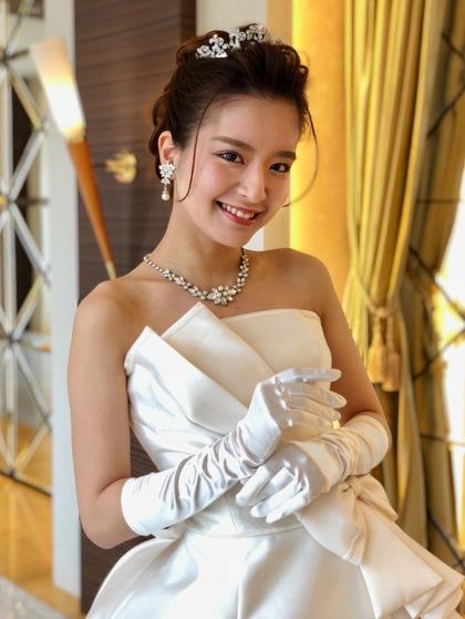 王道ウェディングドレス。個性派デコルテ|プリンセスラインの ロングトレーン