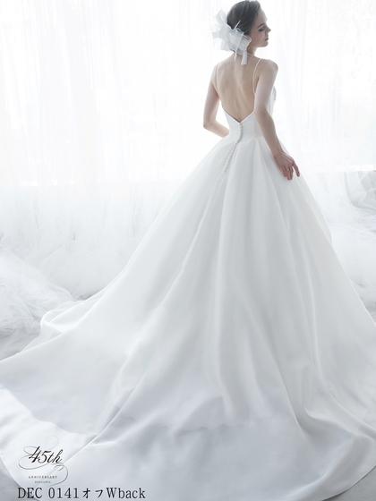 背中を大きく開けたウエディングドレス