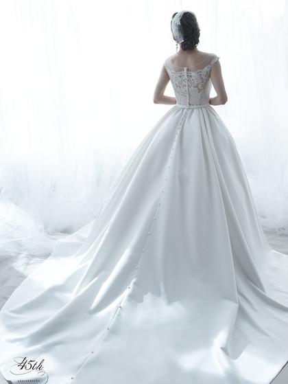 光沢のあるサテンのウエディングドレス・チャペルウェディング