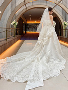 ウェディングドレス サテンに豪華なレース 後ろのリボンが印象的