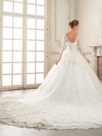 バックトレーンが美しいイサムモリタの新作ウェディングドレス